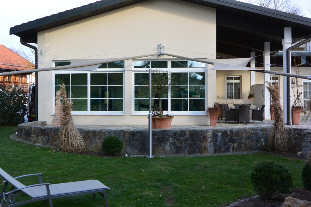aerosun® Rollsegel (Sun Furl System) - Hotel Außenbereich Terrasse, Sonnensegel rollbar mit Wetterstation
