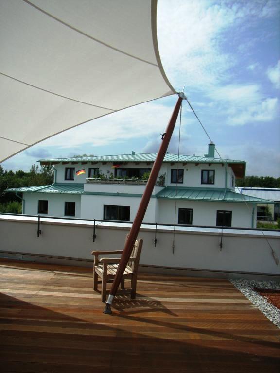 Design Moment, Sonnensegel auf Dachterrasse mit Holzmast, Pefektion auf höchstem Niveau, Architektur