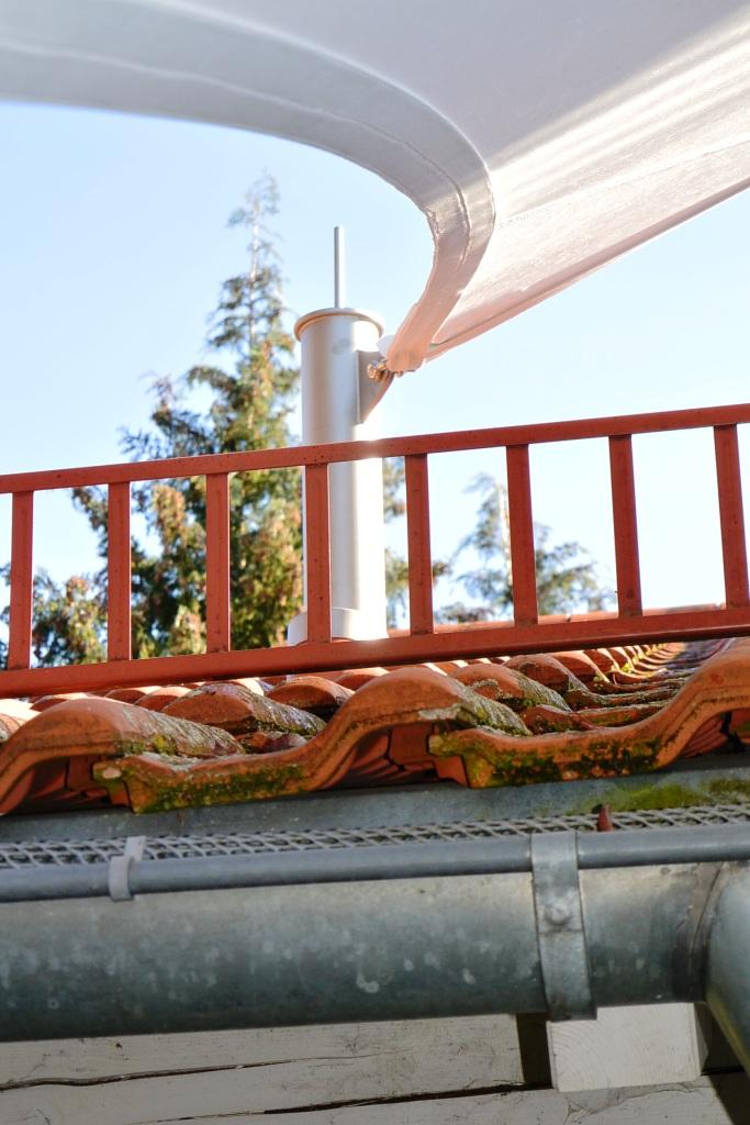 aeronautec- Sonnensegel Konzepte mit individuellen Befestigungen, Dachdurchführung des Edelstahlmastens