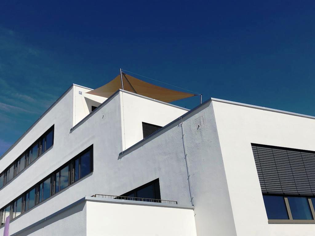 aerosun® Rollsegel (Sun Furl System) Beschattung einer Dachterrasse, Mitarbeiterbereich, elektrisch, Sonnenschutz, Sonnensegel rollbar