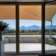 aerosun® Rollsegel (Sun Furl System) Firmenlounge, elektrisch, Sonnenschutz, Sonnensegel rollbar, elektrisches Sonnensegel