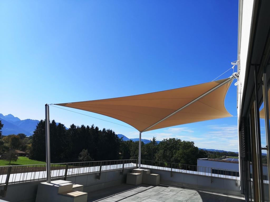 aerosun® Rollsegelanlage für Dachterrasse Firmen- Außenberich, elektrisch, Sonnenschutz, Sonnensegel rollbar (Sun Furl System) Firmenlounge, elektrisch