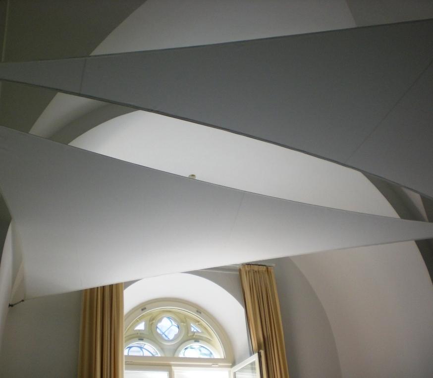 Licht- und Akustiksegel für hohe Räume. Lassen Sie den Raum aufleben. Interior Design, Innenarchitektur, akustisch wirksames Gewebe